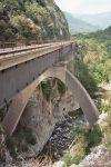 Die durchgehend eingleisige Strecke der Tendabahn ist etwa 100 km lang. Hier: Viaduc de Bevera. Foto: By Markus Schweiss [CC BY-SA 3.0], via Wikimedia Commons