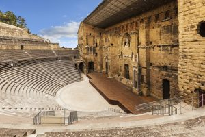 Unter anderem findet im Theater von Orange das alljährliche Opernfestival Chorégies d'Orange statt.