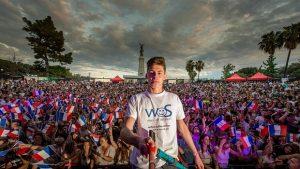 In Nizza fotografierte sich der 16-jährige Tom Bittmann gemeinsam mit 2.530 Menschen und stellte damit den Weltrekord für das großte Selfie auf.