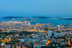 Toulon liegt rund 70 Kilometer südostlich von Marseille.