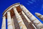 In der Antike war das Tropaeum Alpium vermutlich 50 Meter hoch, heute reichen die Reste des Bauwerks nur noch zu 35 Meter Höhe.