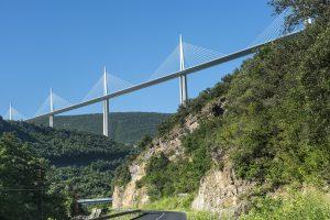 Das Viaduc de Millau wurde im Jahr 2004 fertiggestellt und verschlang rund 400 Millionen Euro an Baukosten.
